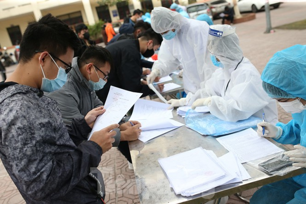 The authorities of Hanoi request that all people returning to the capital from coronavirus hotspots in 12 cities and provinces remain in isolation at home and have samples taken for quick COVID-19 tests.