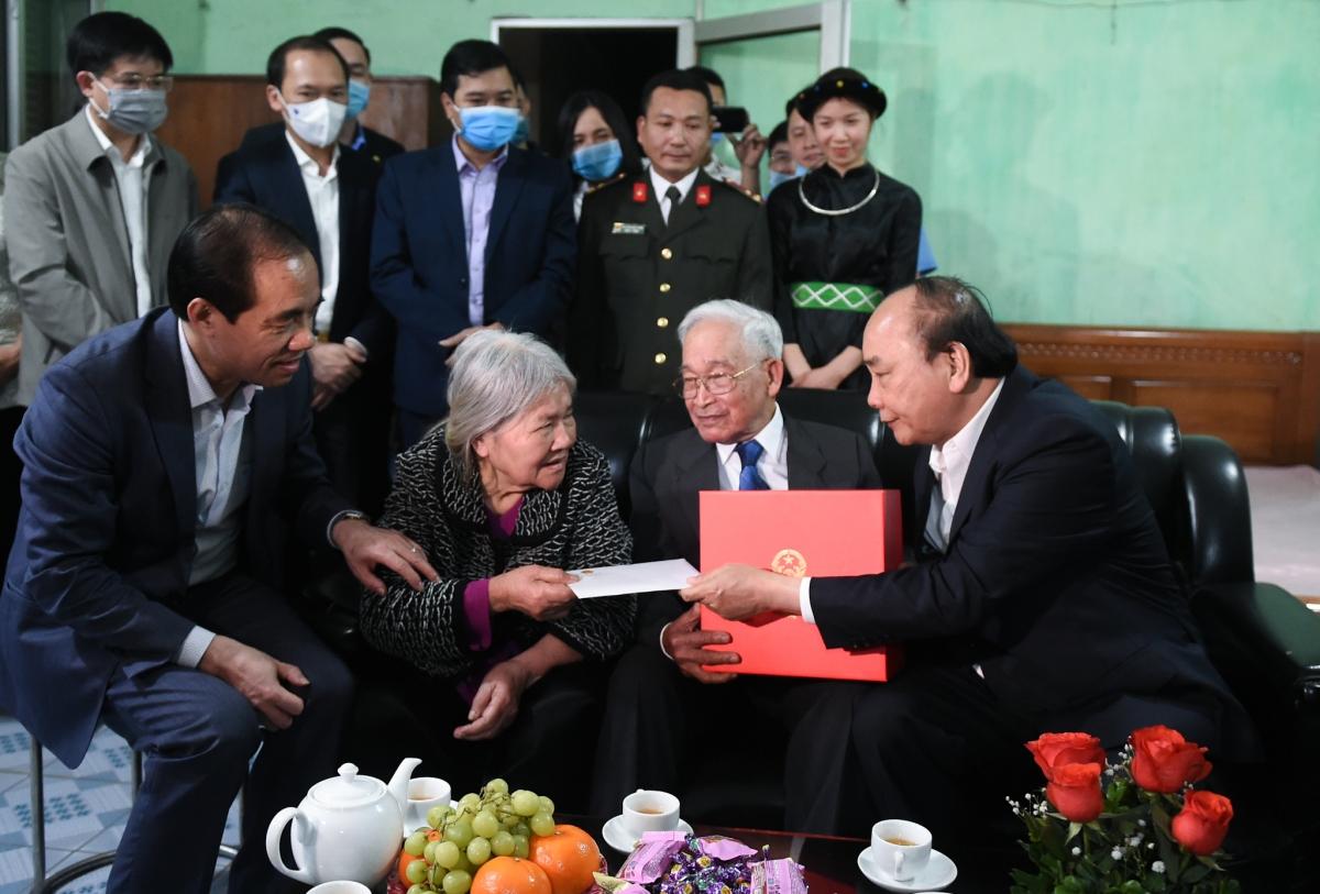 Thủ tướng thăm và tặng quà các gia đình chính sách