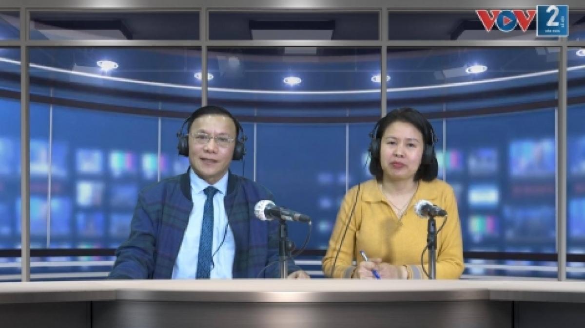 Chuyên gia xã hội học Trịnh Hòa Bình (bên trái).