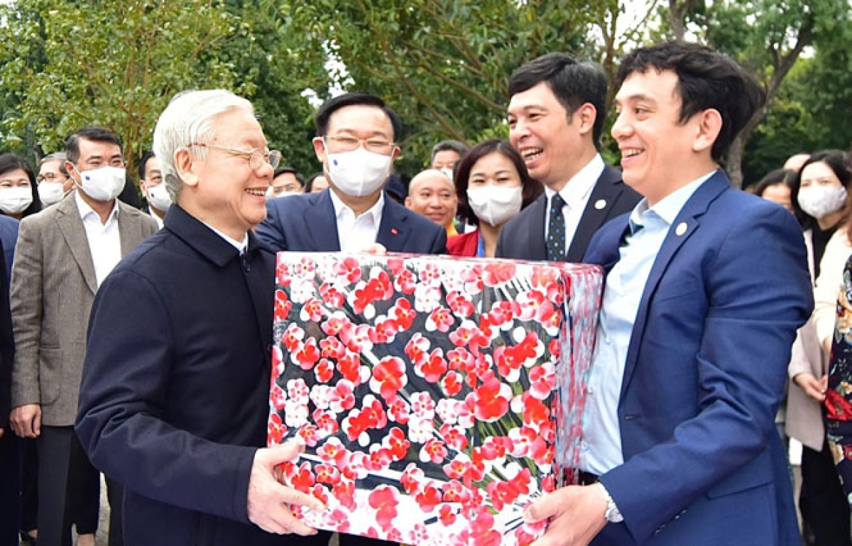 The Party chief presents a gift to staff at the Thang Long royal citadel.
