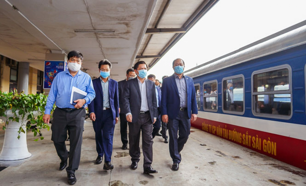 Bộ trưởng Bộ GTVT Nguyễn Văn Thể bất ngờ thị sát ga Hà Nội ngày cuối năm.