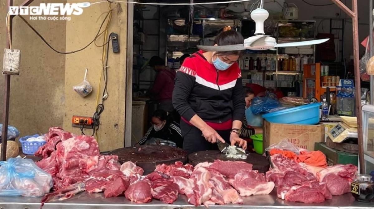 Giá lợn hơi giảm kéo theo giá thịt lợn tại các chợ cũng giảm theo.