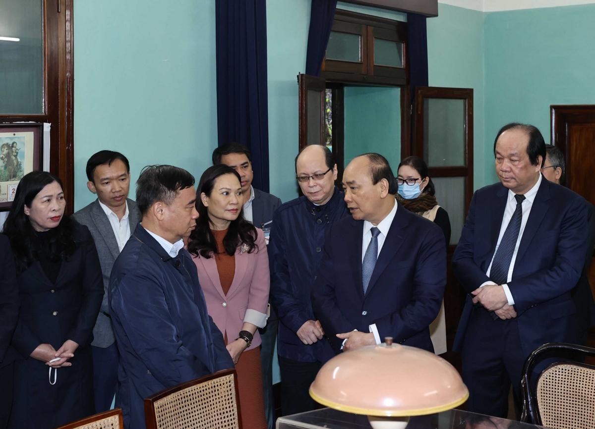 Thủ tướng Nguyễn Xuân Phúc nói chuyện với các cán bộ, nhân viên Khu Di tích Chủ tịch Hồ Chí Minh. Ảnh: VGP