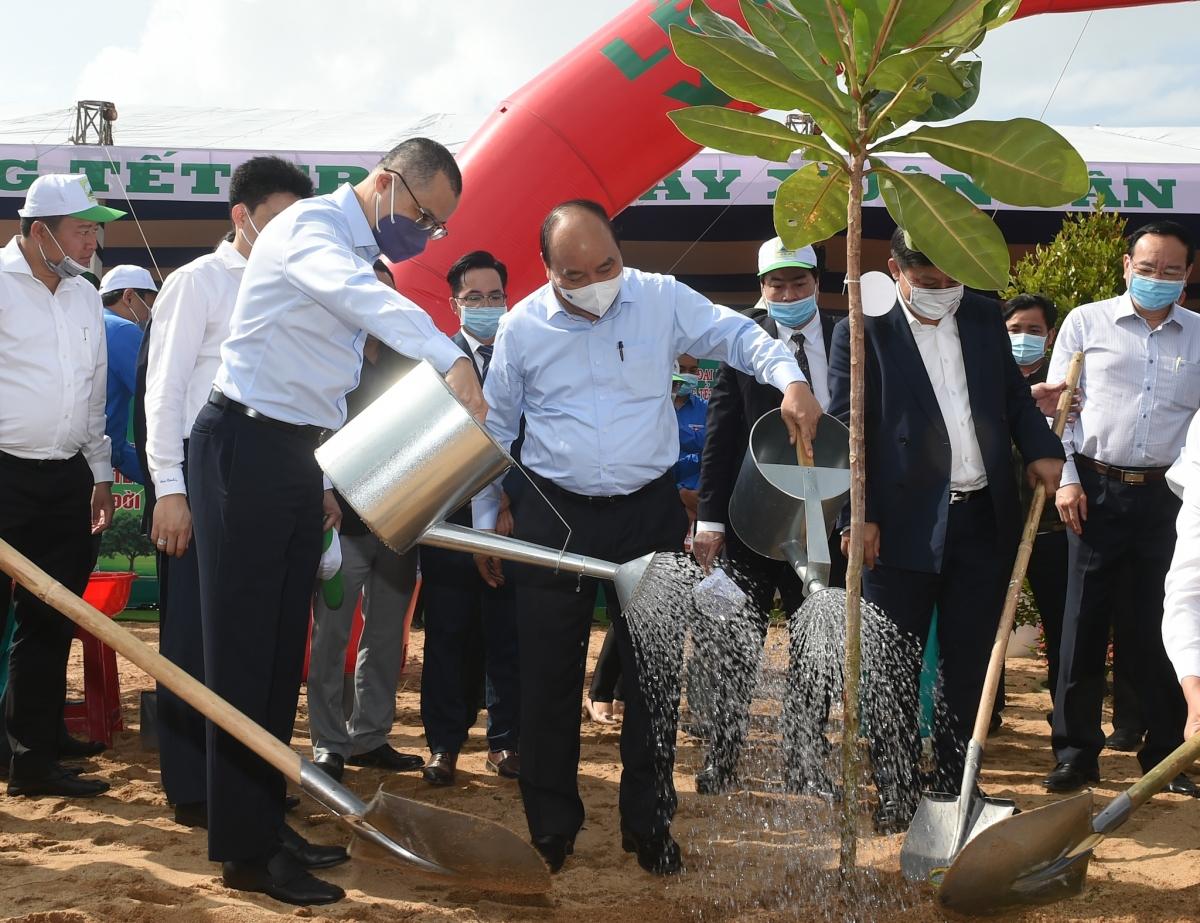 Thủ tướng Nguyễn Xuân Phúc cùng các đại biểu tham gia Tết trồng cây Xuân Tân Sửu.