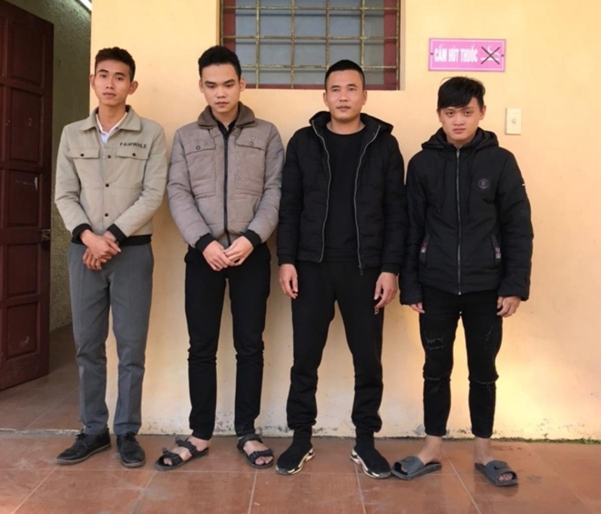 Các đối tượng lừa đảo chiếm đoạt tài sản trên mạng xã hội bị Công an Thị xã Ba Đồn tạm giữ để điều tra, làm rõ.