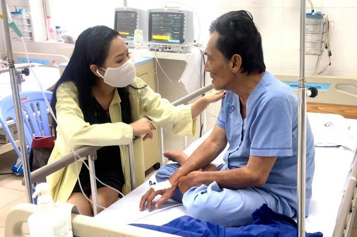 NSƯT Trịnh Kim Chi đến viện thăm Thương Tín sáng 27/2. Ảnh: FBNV