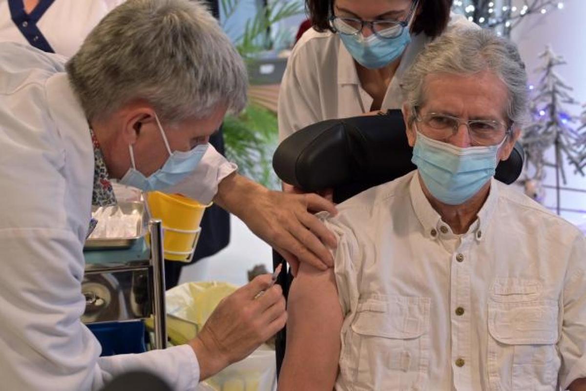Tiêm vaccine là cách hiệu quả nhất để phòng tránh Covid-19. Ảnh: Le Monde