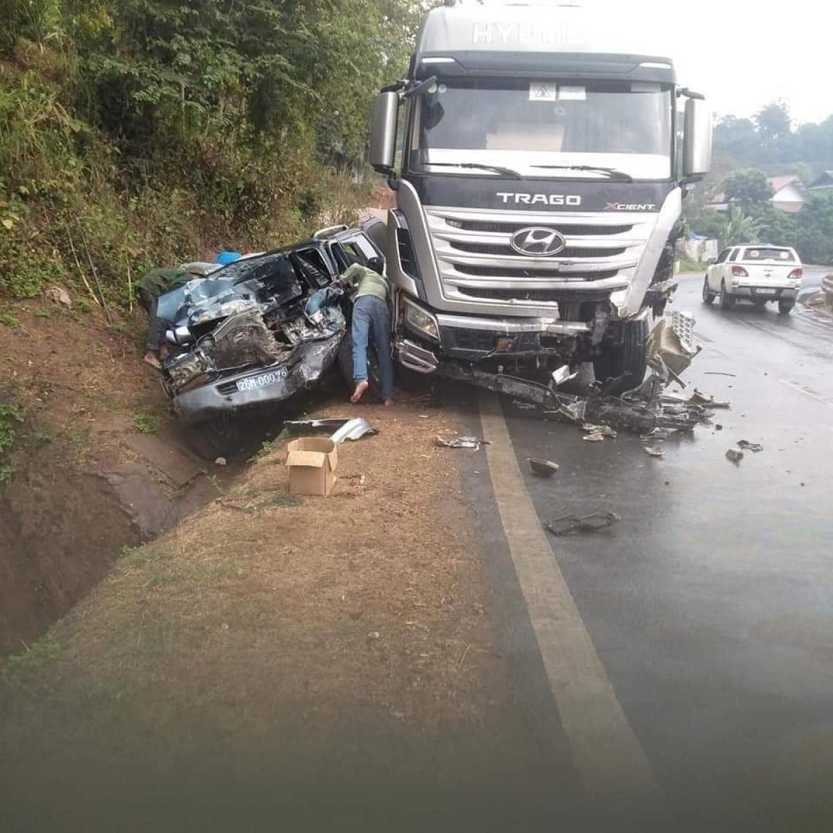 Vụ tai nạn khiến 2 chiếc xe bị hư hỏng nặng. Ảnh FB.