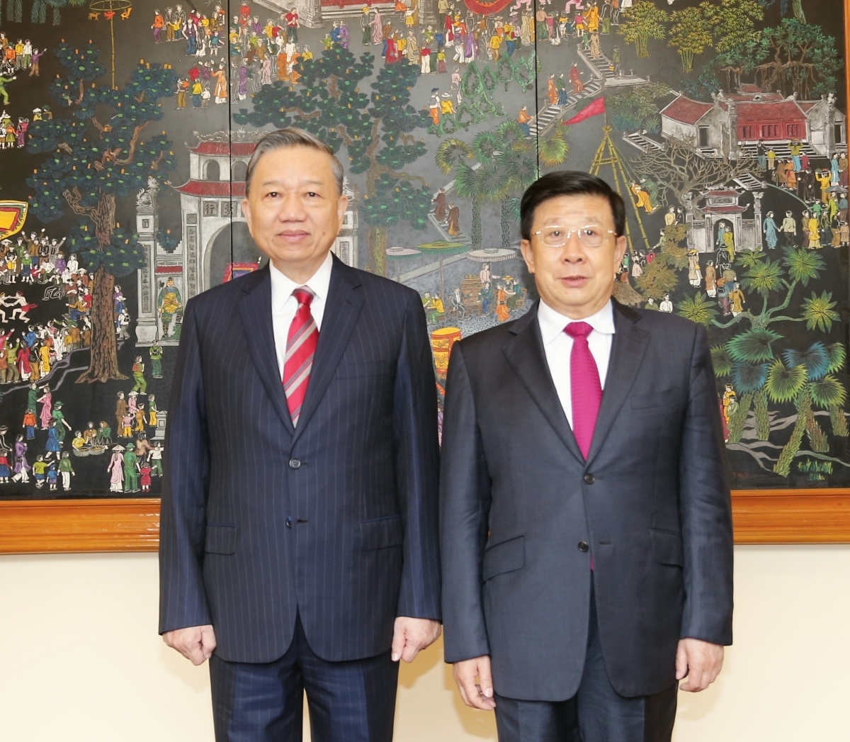 Vietnamese Minister of Public Security General To Lam and his Chinese counterpart Minister Zhao Kezhi (R)