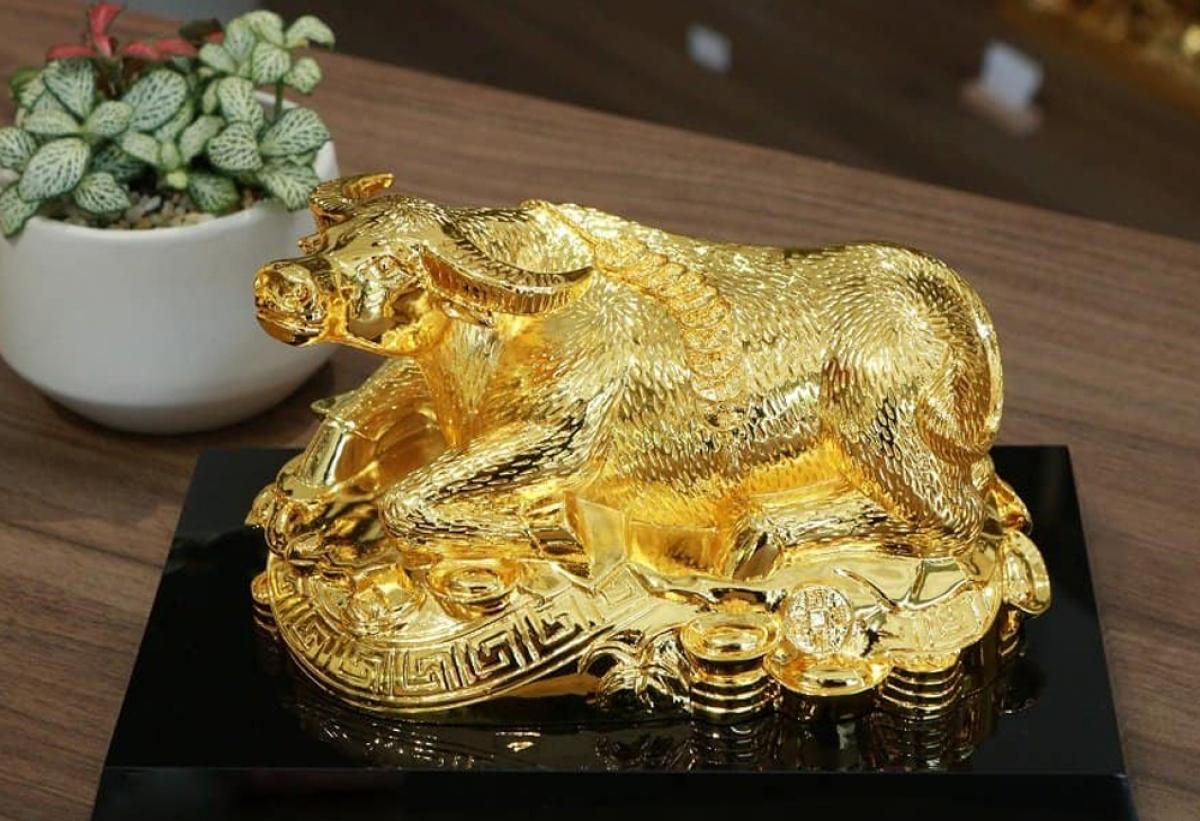 Sản phẩm linh vật trâu vàng được nhiều người tìm mua bởi năm nay là năm Tân Sửu. (Ảnh: Karalux)