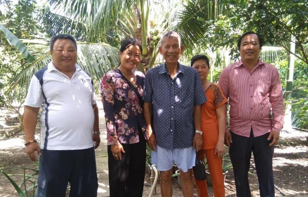 Ông Trương Vĩnh Trọng tiếp đón người dân khi đến tham quan khu vườn nhà ông