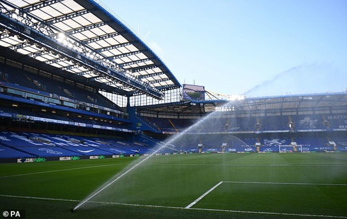 Stamford Bridge sẵn sàng cho đại chiến vòng 26 Ngoại hạng Anh 2020/2021 giữa Chelsea và MU. (Ảnh: PA).
