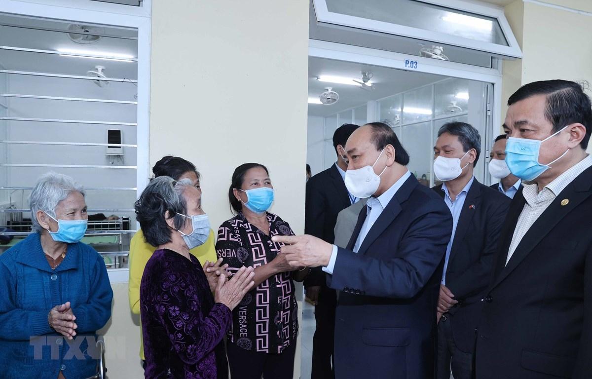 Thủ tướng Nguyễn Xuân Phúc đến thăm hỏi và tặng quà cho các đối tượng bảo trợ xã hội Trung tâm bảo trợ xã hội tỉnh Quảng Nam. (Ảnh: Thống Nhất/TTXVN)
