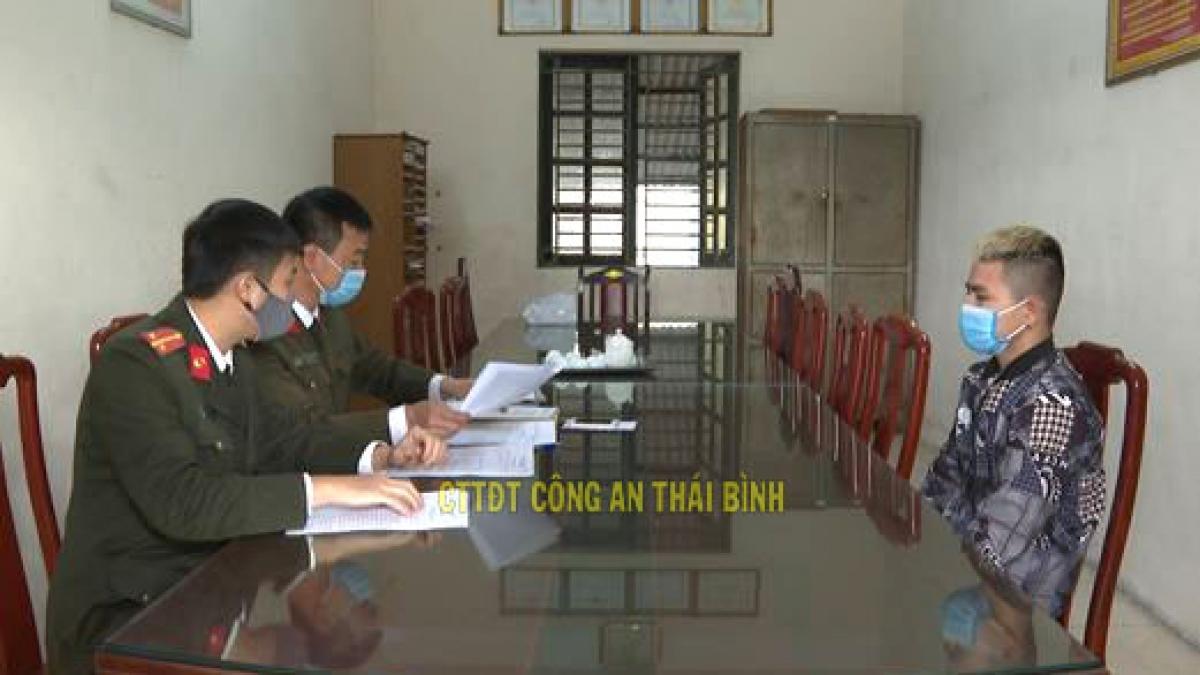 Công an huyện Kiến Xương làm việc với đối tượng Lê Đức Thế (Ảnh: CA)