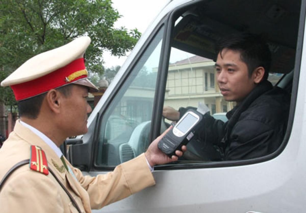 Khi lái xe bạn không sử dụng rượu bia để đảm bảo an toàn. (Ảnh minh họa: KT).