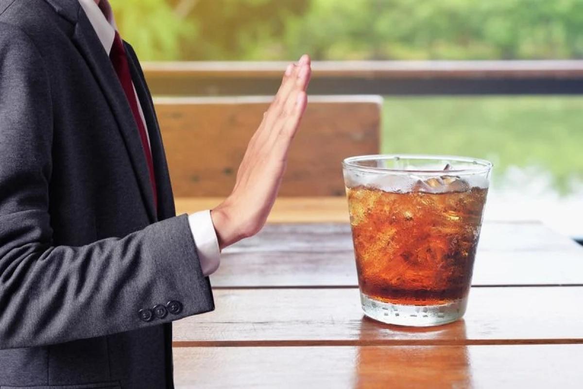 Tránh sử dụng cồn và caffeine: Để đảm bảo hiệu quả của các liệu pháp điều trị viêm đường tiết niệu, tốt nhất bạn nên hạn chế sử dụng các chất kích thích như cồn hay caffeine. Hãy tránh uống thức uống chứa cồn, cà phê, trà và nước ngọt.