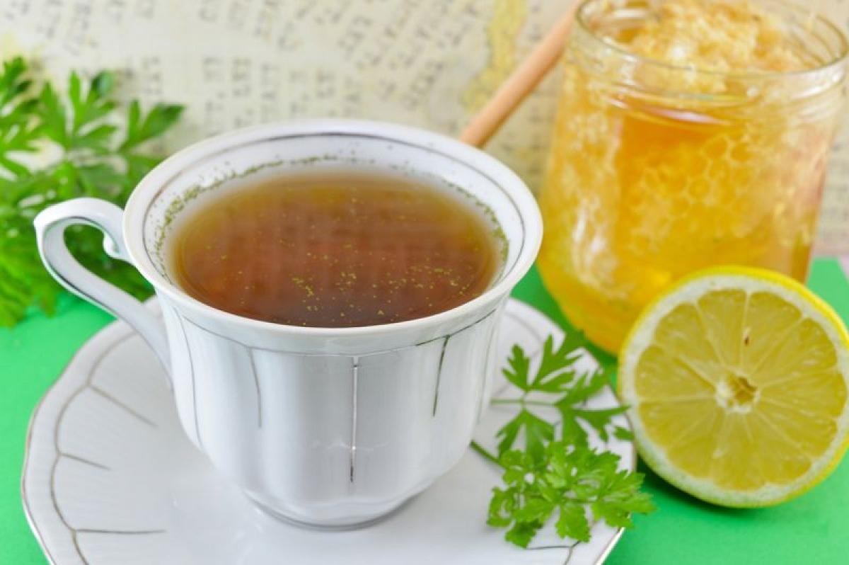 Uống nước ngò tây: Nước ngò tây có bán tại các hiệu thuốc dưới dạng trà, hoặc bạn có thể pha từ ngò tây tươi. Đây là một bài thuốc đã được sử dụng từ lâu trong điều trị viêm đường tiết niệu, tuy không thể thay thế thuốc kháng sinh.