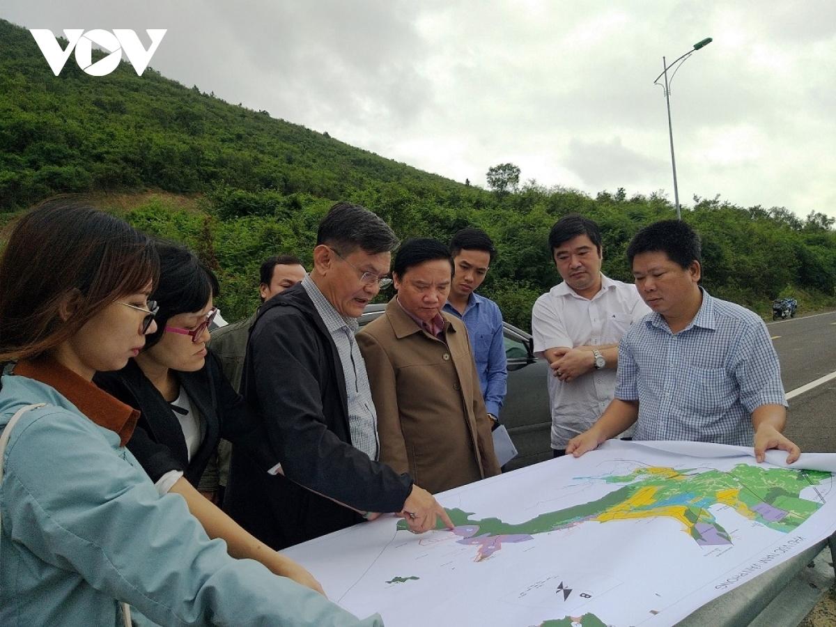 Bí thư Tỉnh ủy Khánh Hòa(thứ 4 từ phải qua), kiểm tra các dự án tại Vân Phong (Ảnh: Thái Bình)