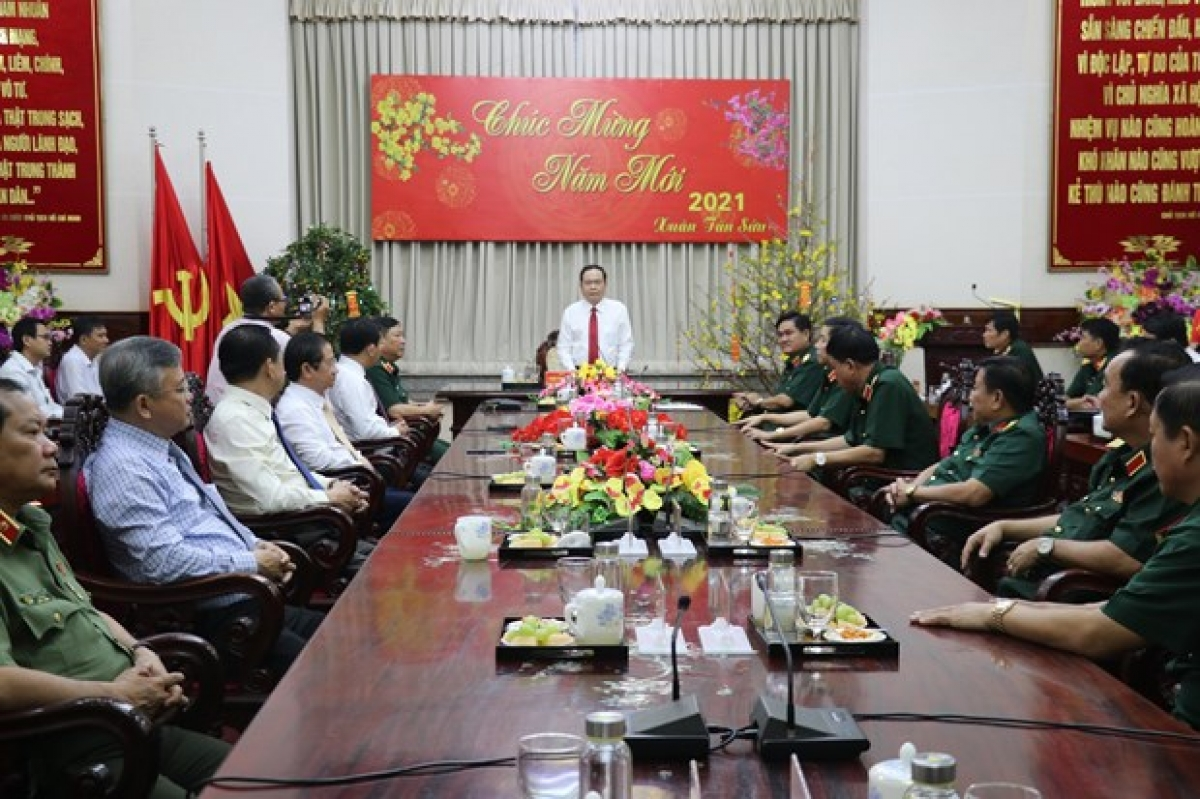 President of the Vietnam Fatherland Front Central Committee Tran Thanh Man speaks at a meeting with officers and soldiers of Military Zone 9.