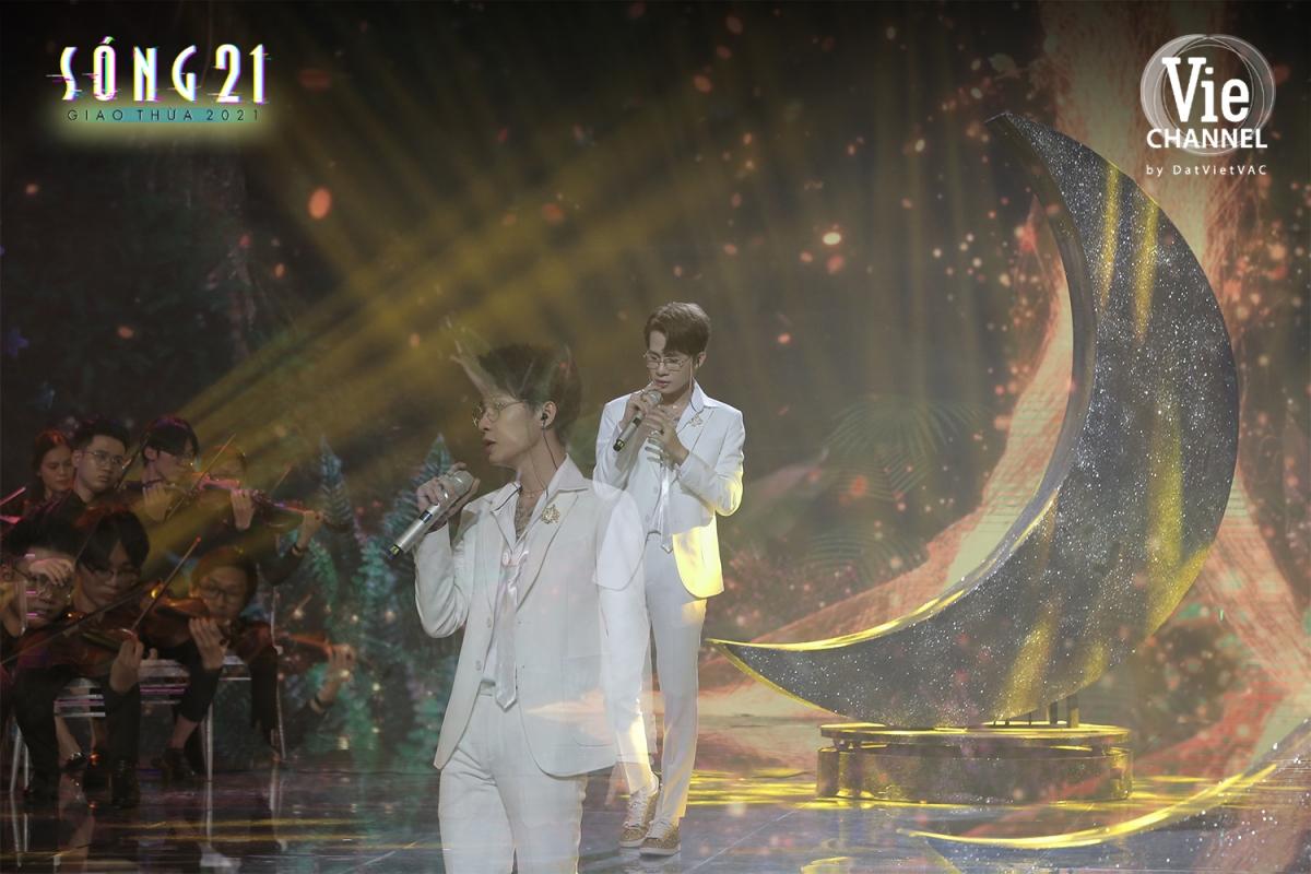 """Jack thể hiện ca khúc """"Đom đóm"""" trên sân khấu """"Sóng 21."""