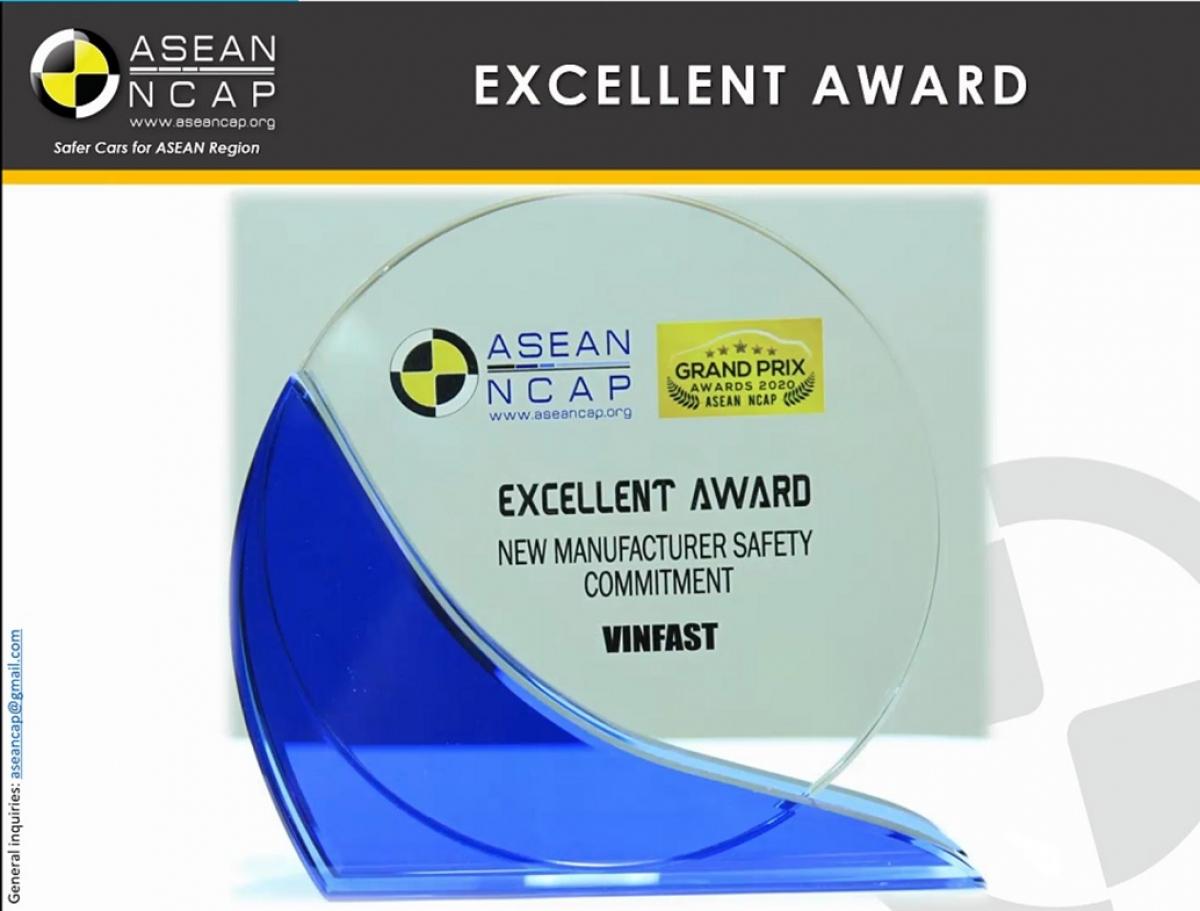 """Giải thưởng """"Hãng xe mới có cam kết cao về an toàn"""" do ASEAN NCAP trao tặng VinFast trong khuôn khổ sự kiện Grand Prix Awards lần thứ 4."""