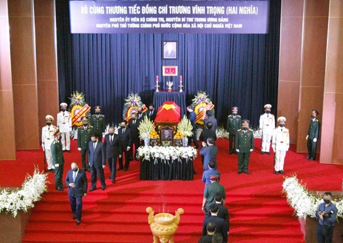 The delegation led by Prime Minister Nguyen Xuan Phuc pays last respects to former Deputy PM Truong Vinh Trong. (Photo: VNA)