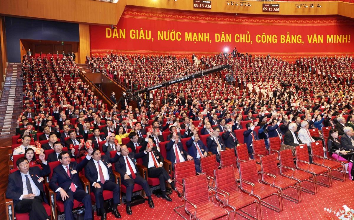 Các đại biểu biểu quyết thông quaNghị quyết Đại hội đại biểu toàn quốc lần thứ XIII