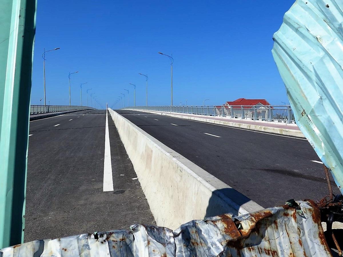 Nhiều người dân tự ý xé rào đi trên cầu