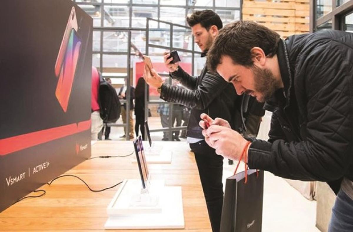 VinGroup's Vsmart phones are distributed in Spain via MediaMarkt electronics retailer. (Photo: enternews.vn)