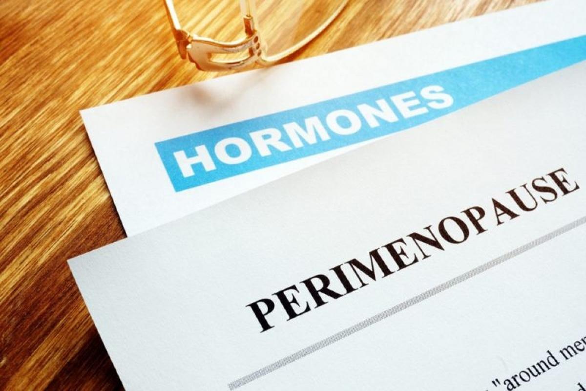 Tiền mãn kinh: Sự thay đổi nội tiết trong giai đoạn tiền mãn kinh có thể khiến phụ nữ ở độ tuổi này gặp các triệu chứng như tăng cân, bốc hỏa, kinh nguyệt thất thường.