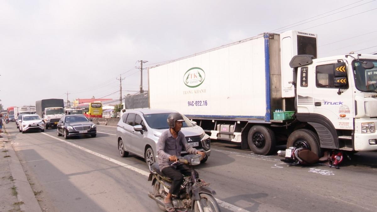 Xe tải cán lên xe gắn máy