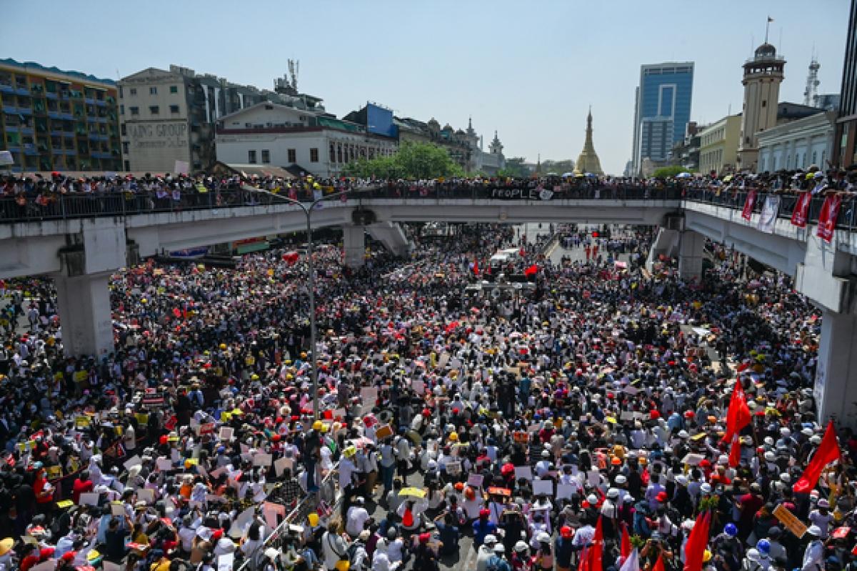 Người biểu tình chặn đứng một con đường lớn trong cuộc biểu tình phản đối đảo chính ở Yangon, Myanmar ngày 17/2. Ảnh: AFP