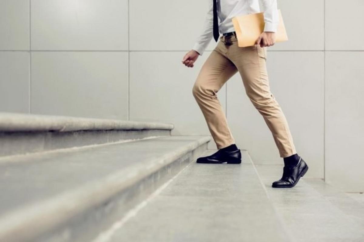 Đi thang bộ: Nếu bạn cần phục hồi lại năng lượng, hãy xin phép ra ngoài và đi thang bộ trong vài phút. Việc này có tác dụng tương tự với uống một tách cà phê và sẽ giúp bạn bớt uể oải, buồn ngủ.