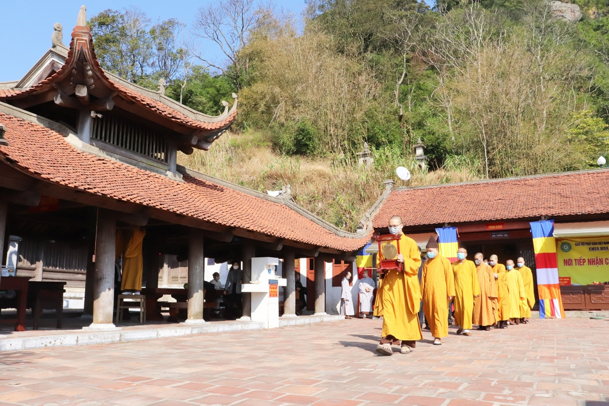 Unlike previous years, this year sees the festival, which takes place on the 10th day of the first lunar month, to be downsized due to the emergence of the SARS-CoV-2 virus in Vietnam, and Quang Ninh is a coronavirus hotspot. In the photo, Buddhist clerics, monks and nuns perform the rituals at Hoa Yen pagoda of the Yen Tu historical site.