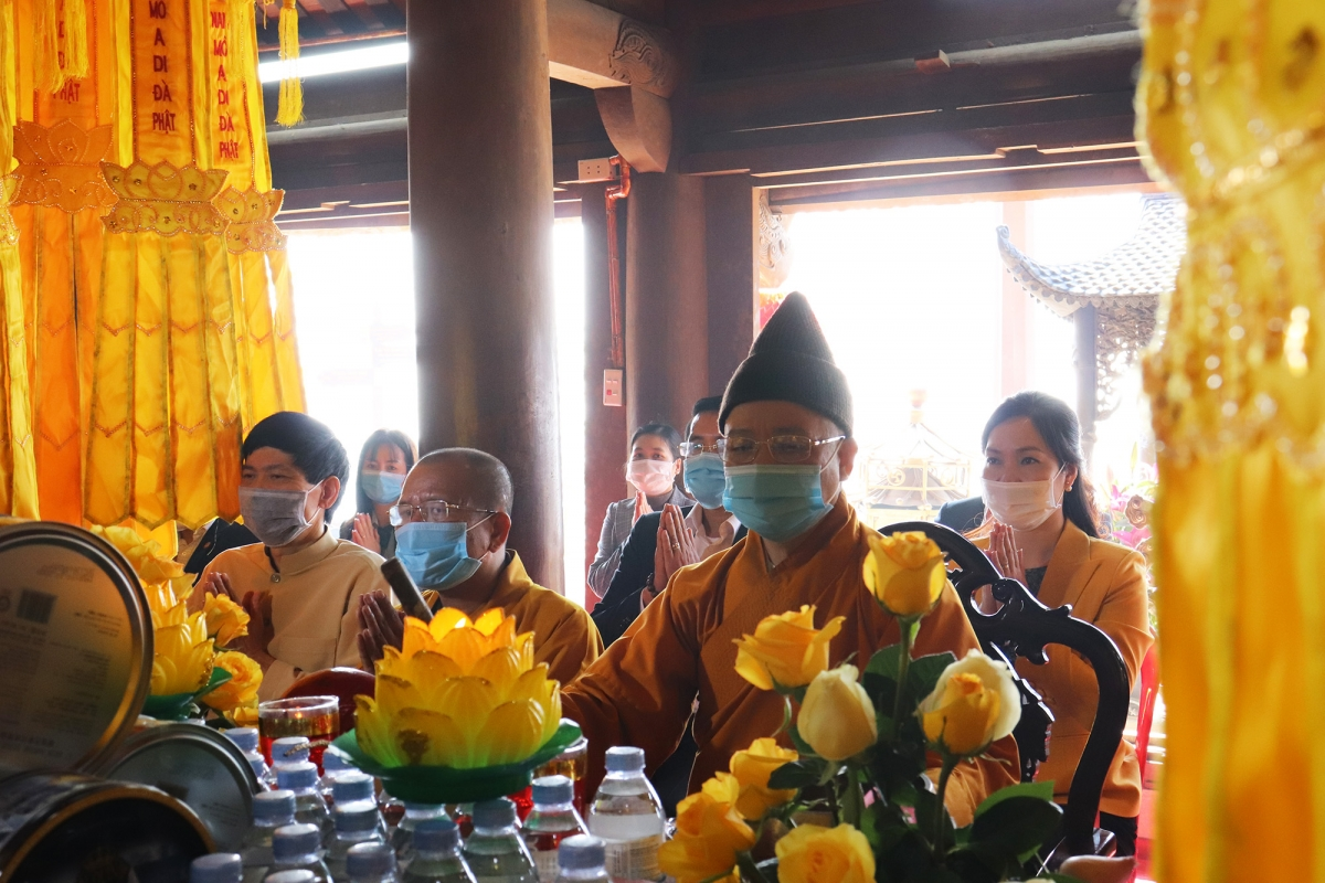 In order to encourage worshippers to remain at home, social media is used to livestream prayer rituals to allow Buddhist followers across the country to follow them. Pilgrims who are on hand are required to put on face masks and abide by other COVID-19 prevention measures.
