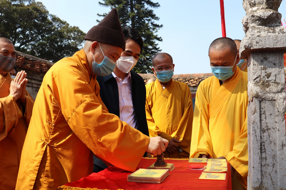 Most Venerable Thich Thanh Quyet, head of theQuang Ninhprovincial BuddhistSangha Executive Council, conducts traditional rituals as part of the occasion.