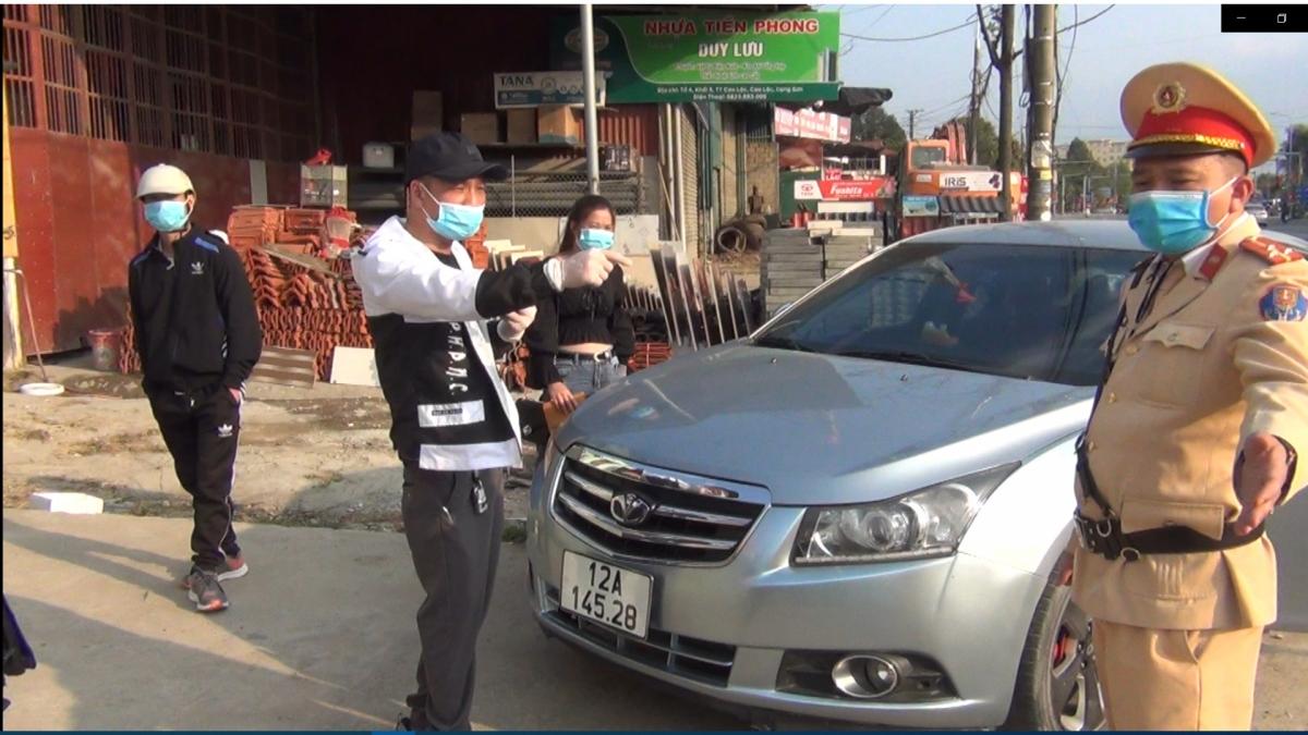 Lực lượng CSGT xử lý nam tài xế vi phạm.