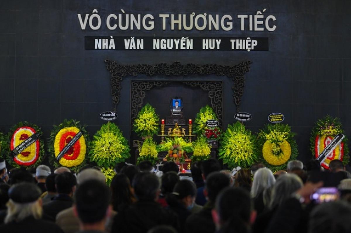 Sáng nay 24/3, đông đảo văn sĩ, trí thức và người hâm mộ văn chương đã đến viếng nhà văn Nguyễn Huy Thiệp tại Nhà tang lễ Bộ Quốc Phòng, số 5 Trần Thánh Tông, Hà Nội.