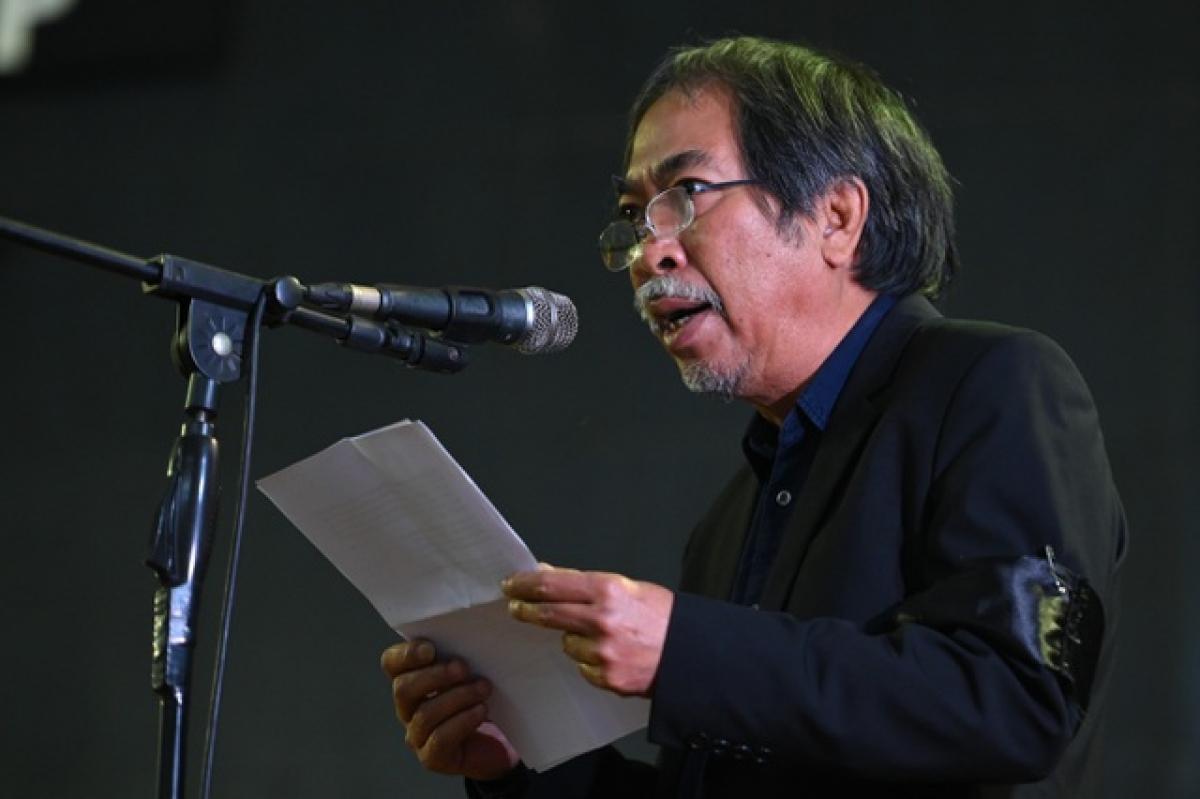 Nhà thơ Nguyễn Quang Thiều đọc điếu văn.