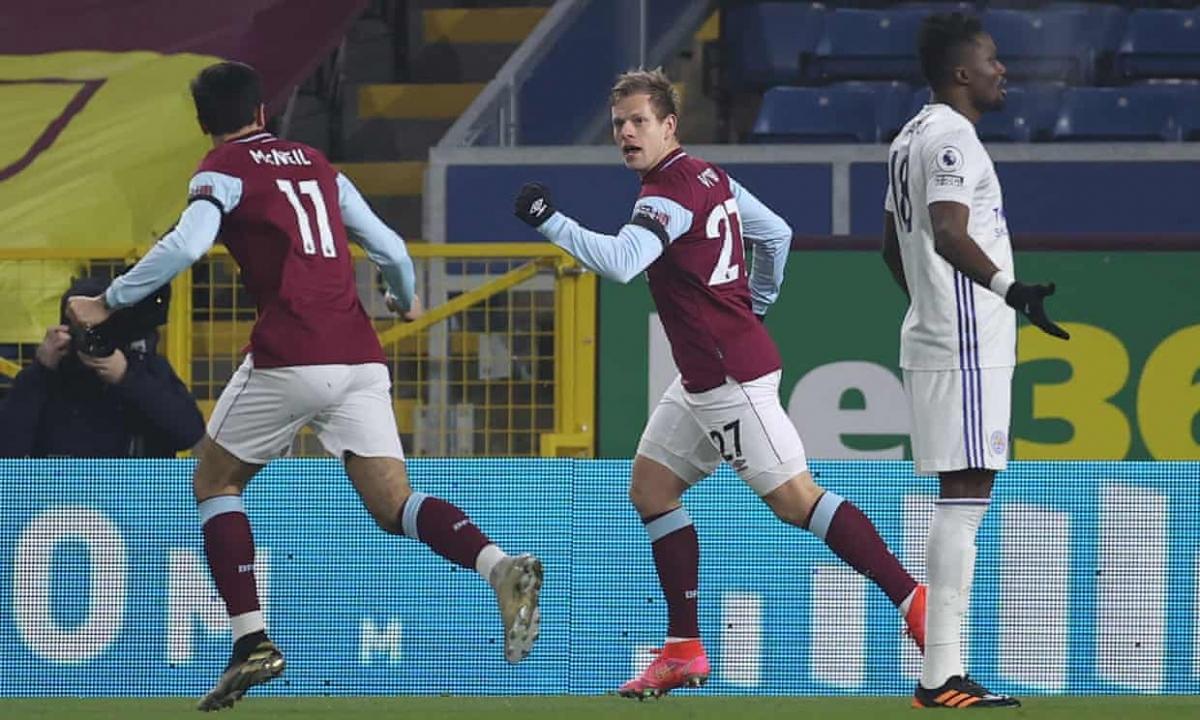 MU gây thất vọng khi hòa Crystal Palace 0-0 nhưng không mất ngôi nhì Premier League bởi Leicester cũng bị Burnley cầm chân.