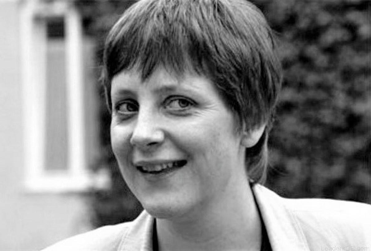 Đương kim Thủ tướng Đức là phụ nữ đầu tiên đảm nhận chức vụ Thủ tướng Đức, cũng là công dân đầu tiên của Cộng hoà Dân chủ Đức vươn đến vị trí lãnh đạo nước Đức thống nhất; Nguồn: R7