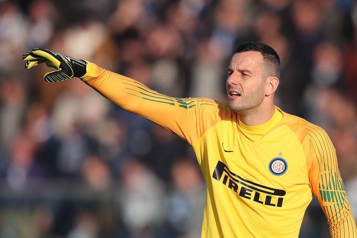 Thủ môn Handanovic là một trong những cầu thủ Inter Milan mắc Covid-19. (Ảnh: Getty).