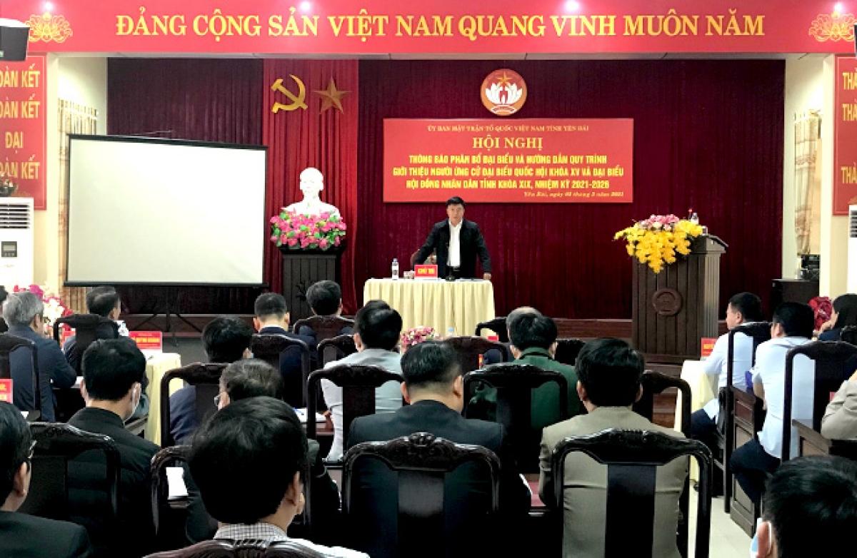 Ông Giàng A Tông, Chủ tịch UBMTTQ tỉnh Yên Bái thông báo về cơ cấu, số lượng đại biểu HĐND và đại biểu Quốc hội.