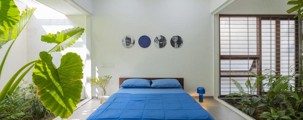 Để hoàn thiện bảng màu cơ bản, sau màu vàng và đỏ, căn phòng ngủ màu xanh dương được đặt tại tầng trệt. Căn phòng nối liền với khu vực tiếp khách chính, nhưng có thể ngăn cách khi cần.