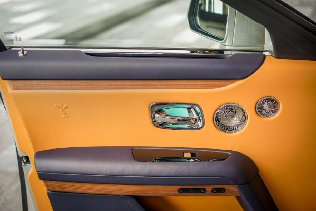 """Cabin của chiếc Rolls-Royce cũng luôn được chăm chút tỉ mỉ. """"Formula for Serenity"""" (công thức cho sự thanh thản) độc đáo của hãng sử dụng hơn 100 kg vật liệu cách âm trên cửa, mái, giữa cửa sổ lắp kính 2 lớp, bên trong lốp và gần như toàn bộ các chi tiết trên xe."""