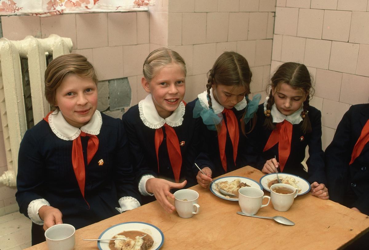 Bữa trưa của học sinh Liên Xô. Các em có cách quàng khăn đỏ giống học sinh Việt Nam và khác với cách của Trung Quốc.