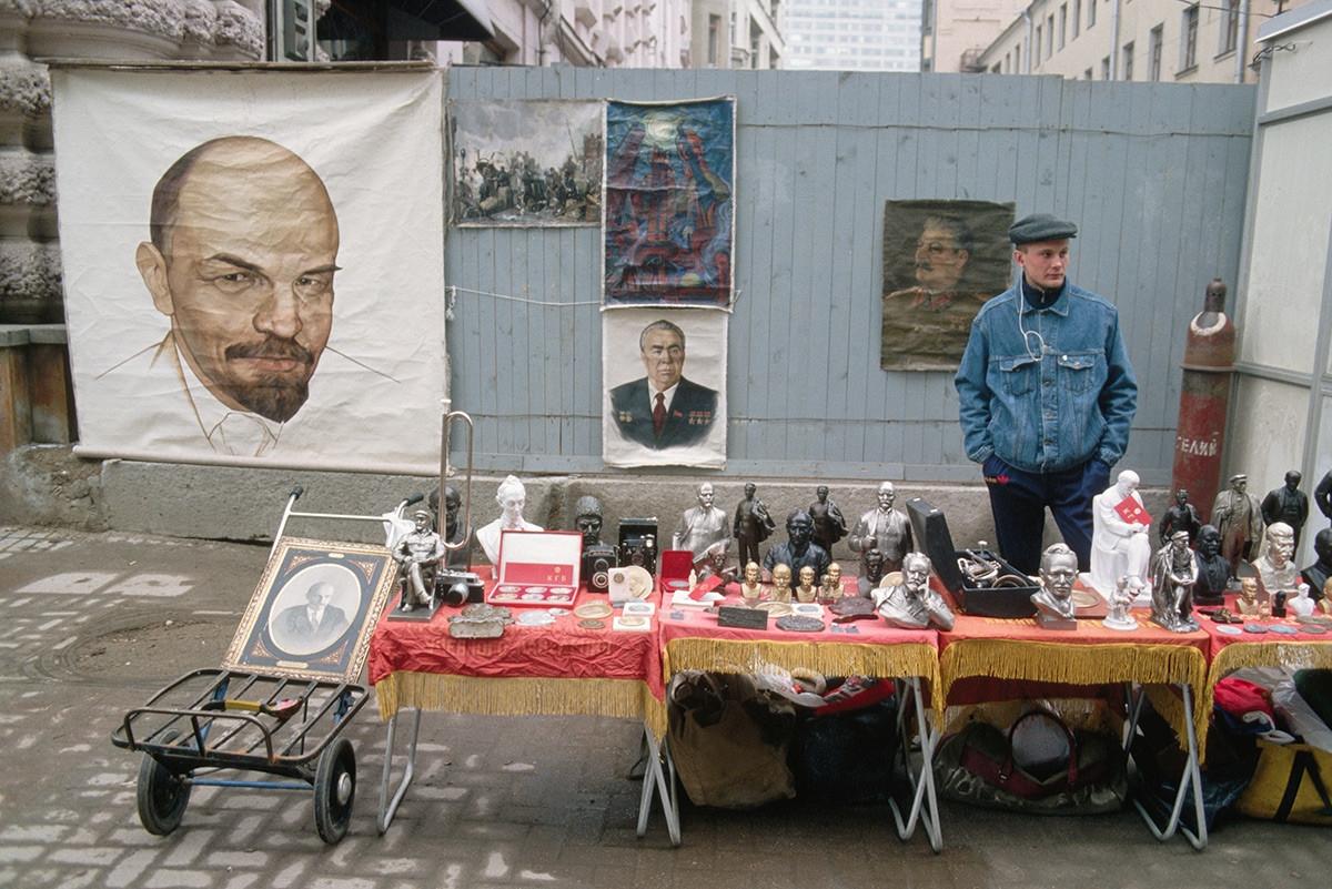 Quầy bán đồ lưu niệm liên quan đến các lãnh đạo Liên Xô.