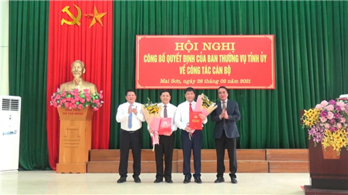 Lãnh đạo tỉnh Sơn La trao quyết định và tặng hoa chúc mừng ôngNguyễn Việt Cường và Trần Đắc Thắng.