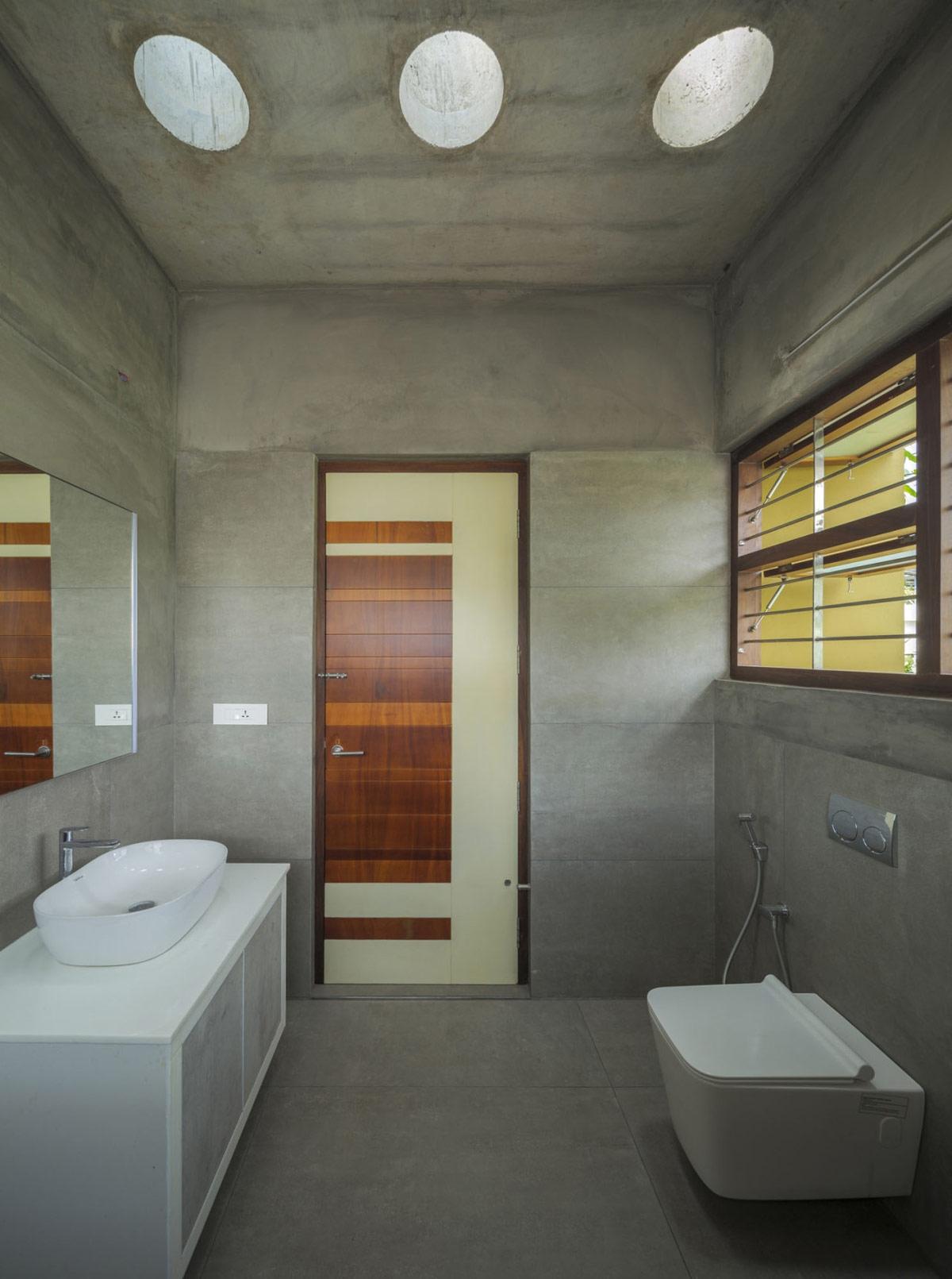 Nhà vệ sinh thể hiện phong cách sống đơn giản của gia đình./.