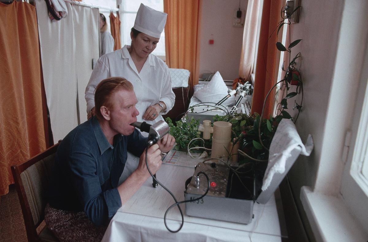 Phân tích hơi thở của một bệnh nhân tại một trại an dưỡng.